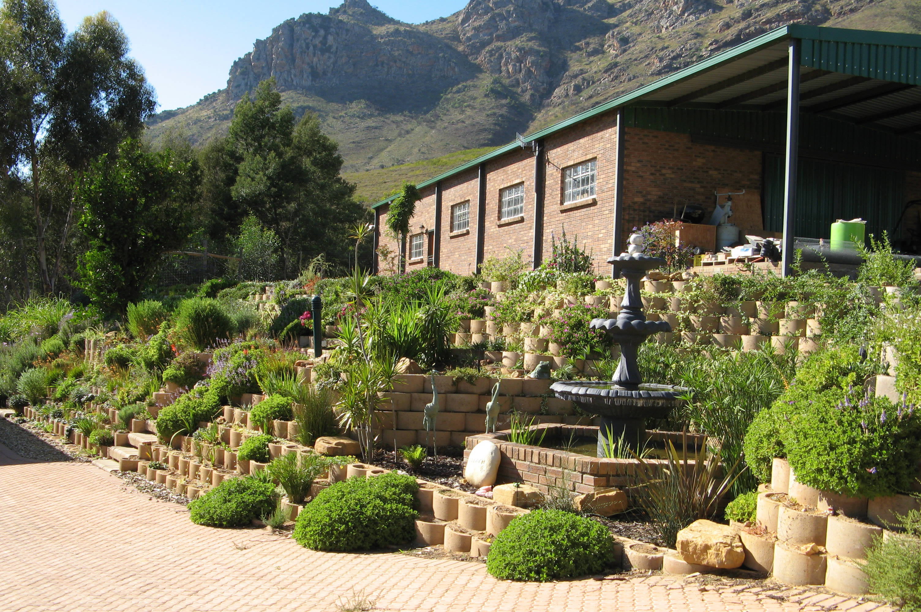 Garden landscaping with modular blocks - plantable