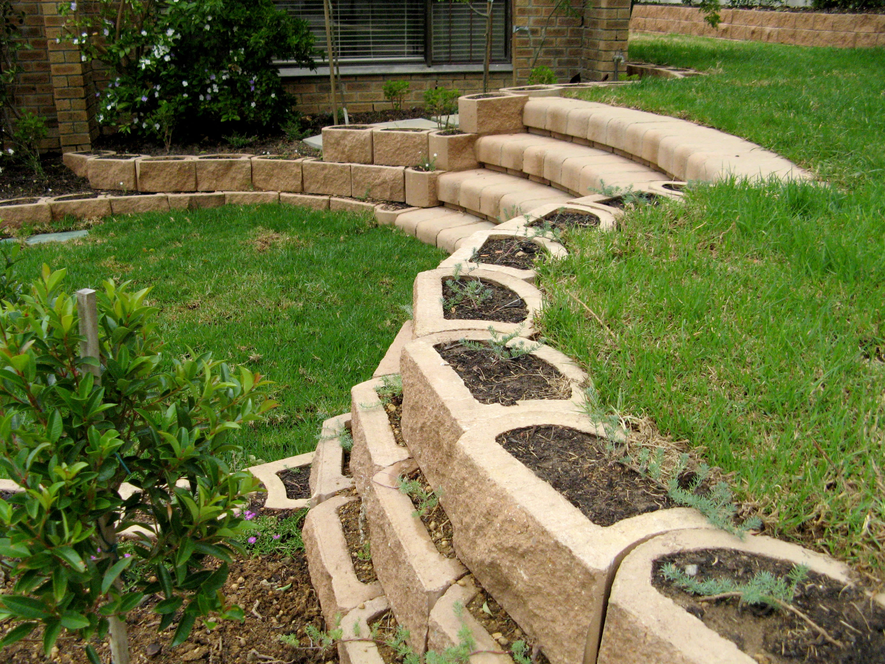 Curved stairs with retaining blocks