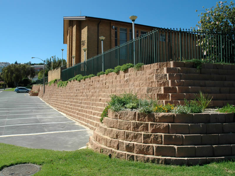 Retaining wall with added plant pocket