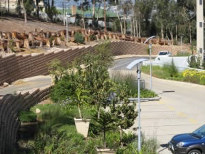 Flexible earth retaining block wall to reduce the erosion