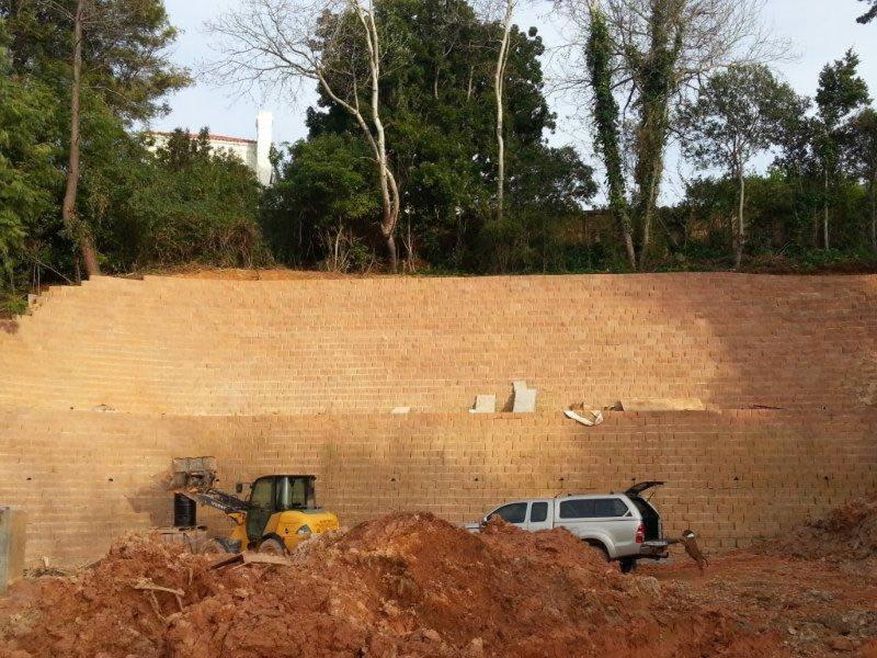 Heavy duty retaining wall