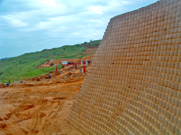 The retaining wall reaches up to 12,6 m