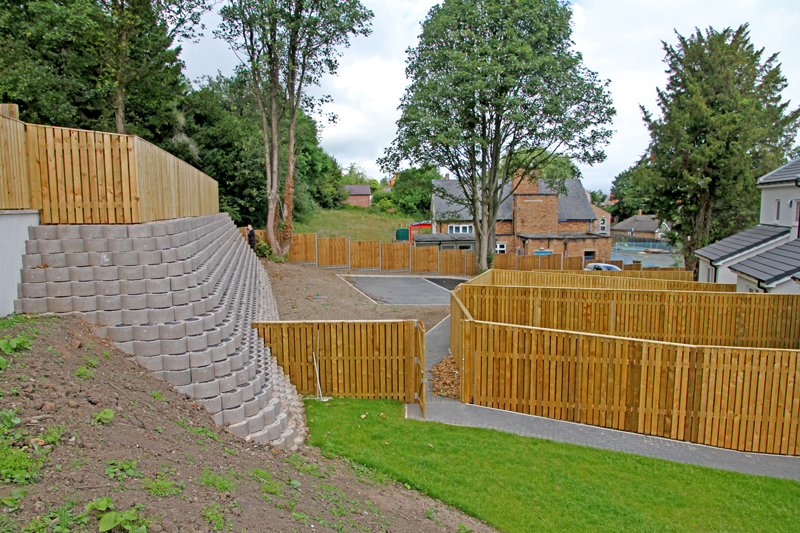 The first six courses of the 3 000-block wall were filled with concrete and the remainder of the wall was reinforced with geogrid.
