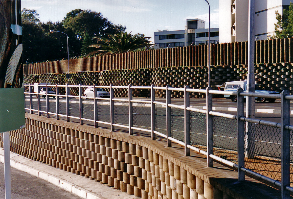 As a result of this drop in noise levels, the normally high rotation of flats came to a standstill after people realised that with the new barrier, easy access to a main road would not mean being exposed to constant traffic noise.