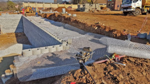As most walls are 85°, they are reinforced with Secugrid 40/40 Q1 polypropylene grids where piling through the grids is required